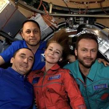 首部太空电影的摄制组返回地球